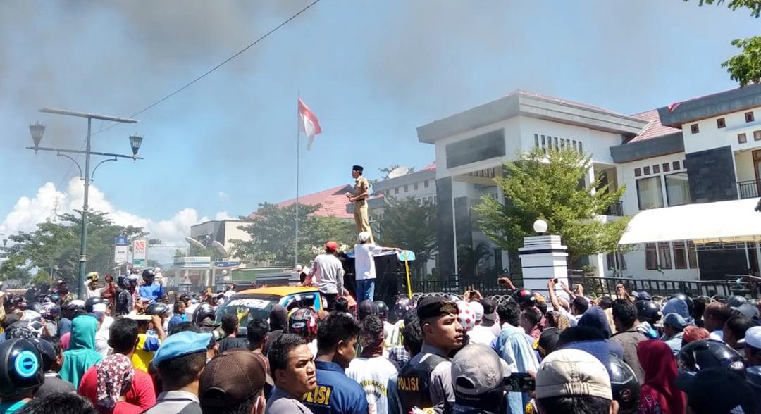 Tuntut Benny Mundur Dari Jabatan, Ratusan ASN Lumpuhkan Aktivitas Kantor Bupati Morotai