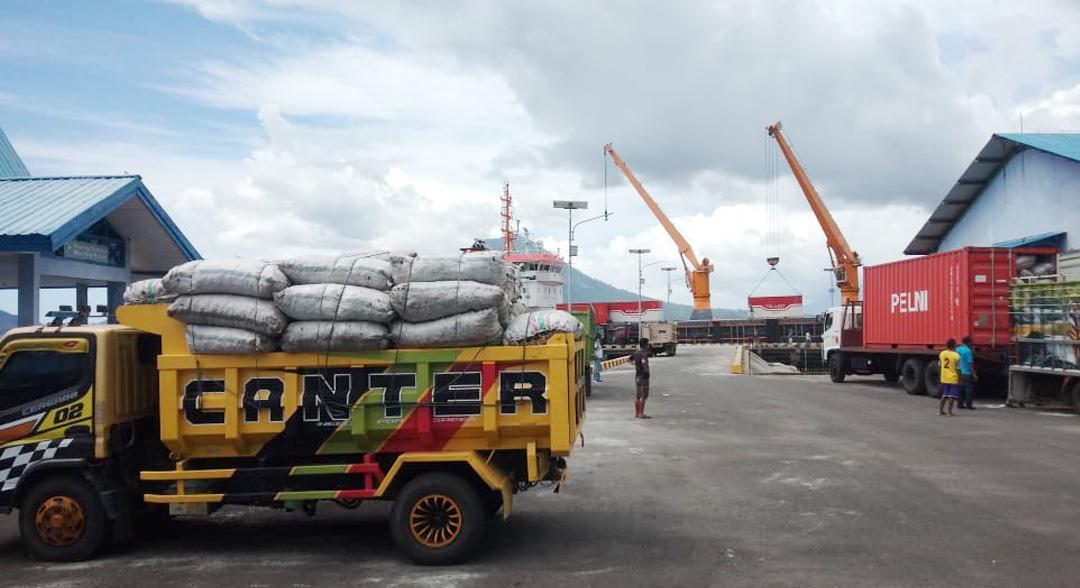 Aktivitas Bongkar Muat Kapal Tol Laut di Pelabuhan Matui Halbar Meningkat