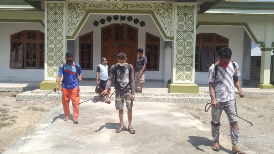 Lawan Corona! Warga Kelurahan Rum Semprot Masjid-Rumah Pakai Cairan Disinfektan Buatan Sendiri