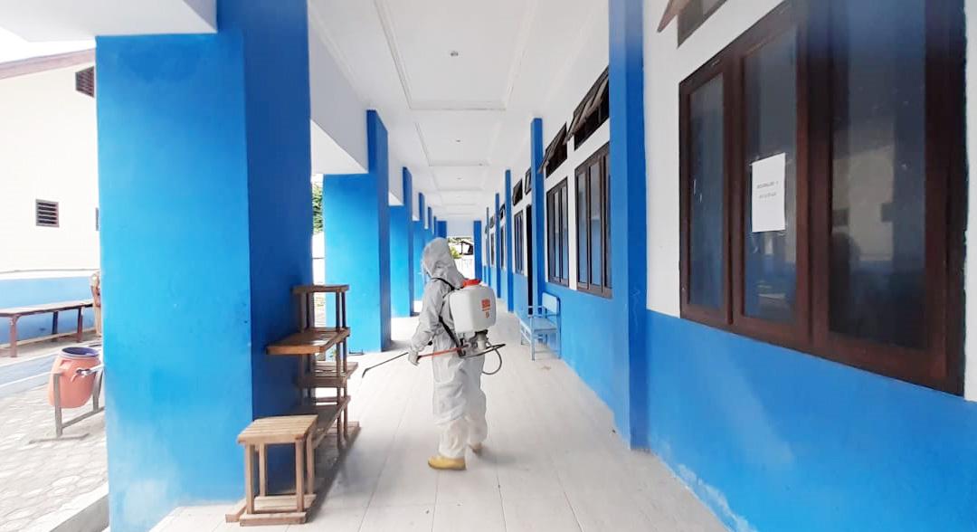 Usai Dijadikan Lokasi Karantina, SMP Negeri 1 Sanana Disemprot Cairan Disinfektan