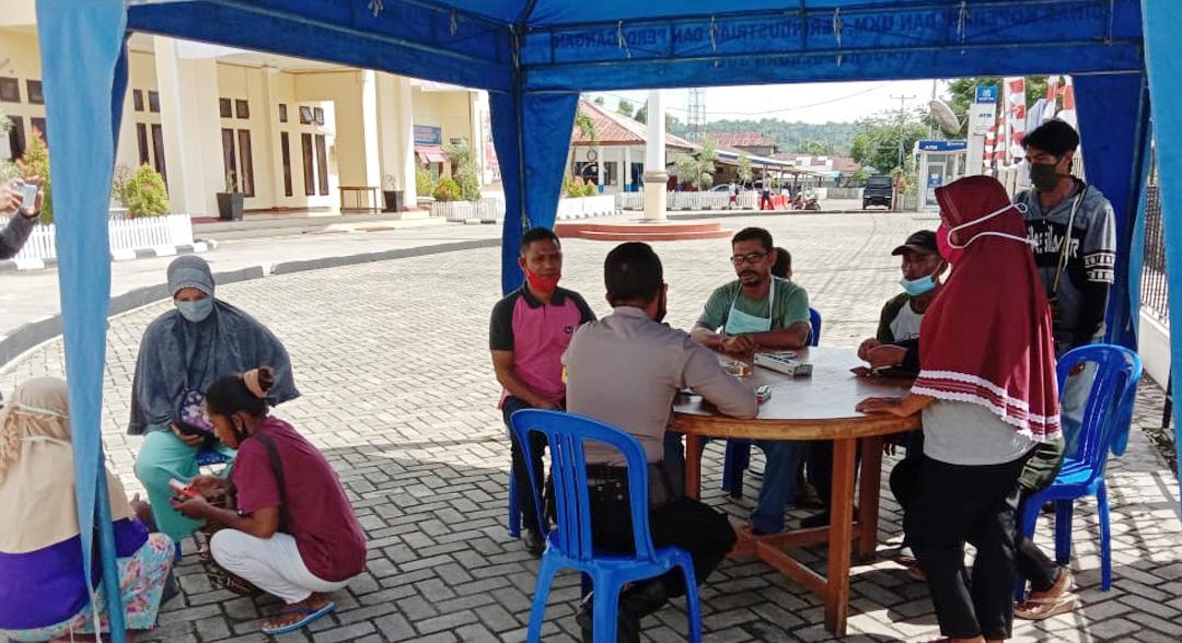 Warga Desa Waitina Polisikan Pengurus KUR Bank Arta Graha